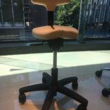 アーユル・チェアーで腰痛・猫背姿勢改善!座り方や効果・口コミも紹介!